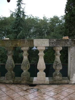 Dettaglio della balaustra in pietra di Nanto prima dell'intervento di restauro lapideo